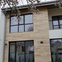 Фасада ЮГ, травертин, минерална мазилка на Baumit, PVC дограма TROCAL с троен стъклопакет